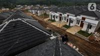 Pekerja menyelesaikan pembangunan rumah bersubsidi di Ciseeng, Bogor, Jawa Barat, Rabu (16/2/2021). PT Bank Tabungan Negara (Persero) Tbk. meyakini tahun ini menjadi tahun pemulihan bagi sektor properti khususnya rumah tapak. (Liputan6.com/Johan Tallo)