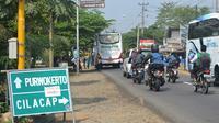 Rambu petunjuk jalur alternatif Jalan Lintas Selatan Cilacap menuju Yogyakarta. (Liputan6.com/Muhamad Ridlo)