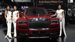 Tiga Model berpose di samping Rolls Royce Cullinan 2019 selama Thailand International Motor Expo di Bangkok (29/11).  Thailand International Motor Expo dimulai pada 29 November dan berakhir pada 10 Desember 2018. (AFP Photo/Lillian Suwanrumpha)