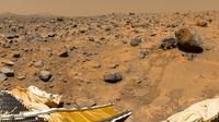 """Bagian panorama  dari kamera IMP yang dipasang di tiang lander """"Mars Pathfinder"""" NASA, mencakup """"Puncak Kembar"""" di cakrawala, dan penjelajah Sojourner di sebelah batu yang disebut """"Yogi"""". Gambar diambil pada 1997. (NASA / JPL)"""