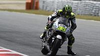 Pebalap LCR Honda, Cal Crutchlow, mencatatkan waktu tercepat pada tes MotoGP, di Sirkuit Catalunya, Senin (6/6/2016). (Motorsport)