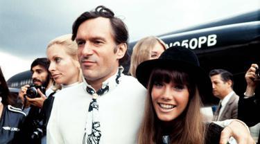 Foto yang diambil pada 21 Agustus 1970, pemilik majalah Playboy, Hugh Hefner bersama pacarnya Barbara Benton. Barbi Benton dikabarkan memiliki hubungan spesial dengan Hefner sampai akhirnya hubungan mereka berakhir pada 1976 silam. (AFP Photo/Stringer)