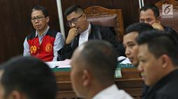 Mantan Plt Ketum PSSI Joko Driyono mendengarkan keterangan saksi saat mengikuti sidang lanjutan kasus dugaan penghilangan barang bukti pengaturan skor di PN Jakarta Selatan, Jakarta, Selasa (28/5/2019). (Liputan6.com/Herman Zakharia)