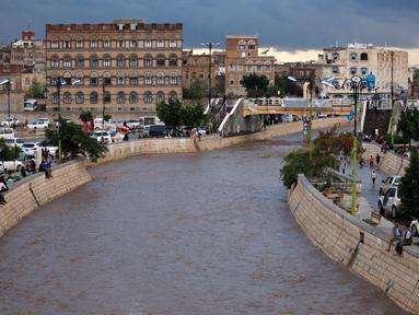 Kondisi jalan raya yang terendam banjir di Sanaa, Yaman, Selasa (2/8). Hujan lebat yang mengguyur Sanaa membuat salah satu ruas jalan di kota itu berubah seakan menjadi sungai. (REUTERS / Khaled Abdullah)