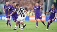 Aksi pemain Juventus, Paulo Dybala saat melewati adangan pemain Fiorentina pada lanjutan Serie A di Allianz Stadium, Turin, (20/9/2017). Juventus menang 1-0. (Alessandro Di Marco/ANSA via AP)