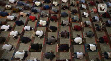 FOTO: Masa Transisi, Masjid Agung At-Tin Gelar Salat Jumat Berjemaah