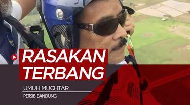 Berita video Manajer Persib Bandung, Umuh Muchtar, merasakan hobi barunya yaitu terbang dengan paralayang.