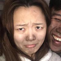 Bukannya nangis setelah melihat rumahnyakebakaran, pasangan muda ini malah asyik selfie. (Foto: Shanghaiist)