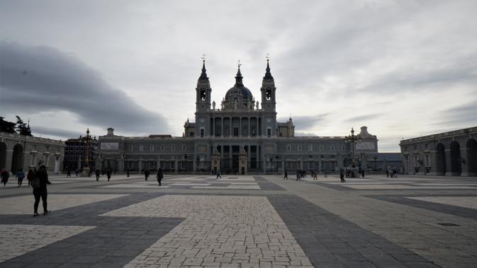 Gereja Katedral Almudena Cathedral yang berada di halaman Palacio Real de Madrid, Madrid, Spanyol (Marco Tampubolon/Liputan6.com)
