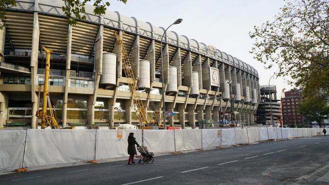 Markas Real Madrid, Santiago Bernabeu tengah direnovasi. Biaya perbaikan stadion ini diperkirakan mencapai Rp8 Triliun (Liputan6.com/Marco Tampubolon)