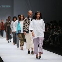Enharmonic Tavern dalam Rakuten Fashion Week Tokyo di Jakarta Fashion Week 2020 | Adrian Putra/Fimela.com