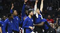 Pemain cadangan LA Clippers merayakan angka pada pertandingan NBA 2017-2018 melawan Dallas Mavericks di Staples Center, Rabu (1/11/2017) waktu setempat atau Kamis (2/11/2017) WIB. (AP Photo/Ringo H.W. Chiu)