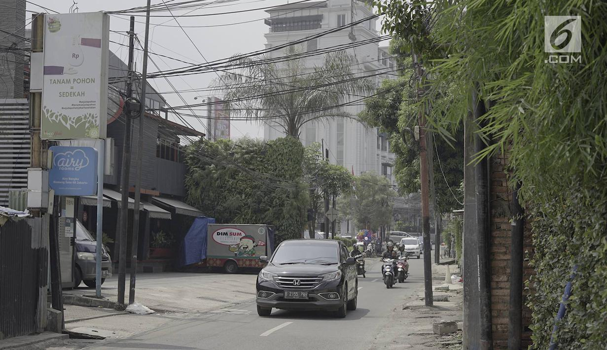 Sejumlah kendaraan melintasi ruas jalan kawasan Kemang, Jakarta, Minggu (12/5/2019). Rencana pembangunan fisik penataan ruang jalan atau pedestrian kawasan Kemang akan dimulai pada akhir Mei 2019 dengan tujuan menjadikan kawasan tersebut sebagai objek wisata. (Liputan6.com/Immanuel Antonius)