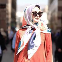 Dalam foto ini, Luna Maya mengenakan salah satu produknya yang diberi nama Majja Dress. Untuk menambah gaya modisnya, Luna Maya juga mengenakan kacamata hitam. Meski dalam balutan hijab sederhana, Luna Maya tetap fashionable dan sukses memesona siapapun yang melihatnya. (Liputan6.com/IG/@lunamaya)