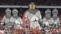 Suporter Persija, The Jakmania, menampilkan koreografi pelatih Stefano Teco saat melawan Persela pada laga Liga 1 di SUGBK, Jakarta, Selasa (20/11). Persija menang 3-0 atas Persela. (Bola.com/Vitalis Yogi Trisna)