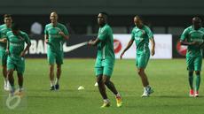 Pemain bintang baru Madura United, Boubacar Sanogo (keempat kiri) saat berlatih jelang laga melawan Persija di Stadion Patriot Candrabhaga, Bekasi, Rabu (3/5). Madura United akan melawan Persija, Kamis (4/5). (Liputan6.com/Helmi Fithriansyah)
