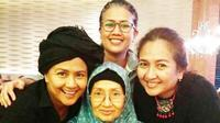 Ade Irawan, ibunda Ria Irawan dan Dewi Irawan. (Instagram @adekirawan504)