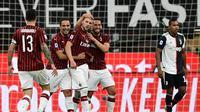 Penyerang AC, Ante Rebic (tengah) berselebrasi setelah menjebol gawang Juventus pada laga Serie A di San Siro, Rabu (8/7/2020) dini hari WIB. (AFP/Miguel Medina)