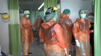 RS SMC Samarinda memilih memakai jas hujan sebagai APD untuk mengantisipasi penularan Covid-19.