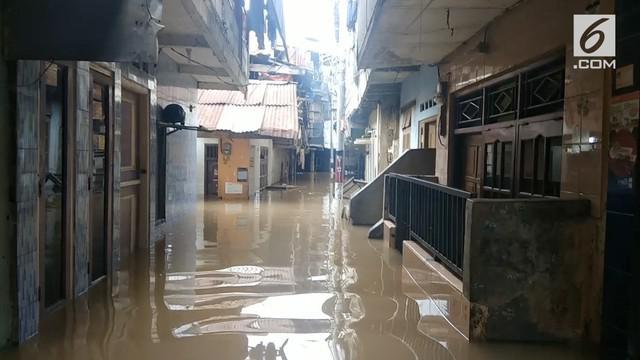 Meski tidak diguyur hujan, namun kawasan Kampung Melayu kembali direndam banjir setinggi 1,5 meter sejak Senin (21/5) dini hari.