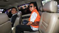 Ketua Umum PPP, Romahurmuziy dengan mengenakan rompi oranye memasuki mobil tahanan usai menjalani pemeriksaan di Gedung KPK, Jakarta, Sabtu (16/3). Romahurmuziy yang terjerat OTT di Surabaya pagi itu resmi menjadi tahanan KPK. (Liputan6.com/Faizal Fanani)