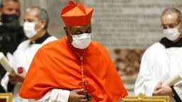 Kardinal baru dari Amerika Serikat, Wilton D. Gregory pergi usai dia diangkat oleh Paus Fransiskus dalam upacara konsistori di mana 13 uskup diangkat ke pangkat kardinal di Basilika Santo Petrus, Vatikan, Sabtu (28/11/2020). (Fabio Frustaci/POOL via AP)