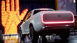Tampilan belakang mobil Pickup keluaran Mercedes-Benz yang diperkenalkan di Galeri Artipelag, Stockholm, Swedia (25/10). Mercedes yang berbasis Nissan Navara ini diklaim menjadi kendaraan double mewah pertama di dunia. (Reuters/ Vilhelm Stokstad)