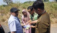 Dubes UEA, Mohammed Abdullah sedang menerima penjelasan terkait lahan kosong di Gilingan, Solo.(Liputan6.com/Fajar Abrori)