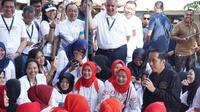 Bagi-bagi listrik, Jokowi bercengkerama dengan ibu-ibu di Bogor. Dok: Humas BUMN