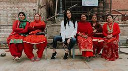 Umur boleh 48, tapi gayanya enggak kelihatan kayak ibu-ibu yang nyaris kepala lima. Sophia mengaku mendapatkan kedamaian dan kenyamana spiritual saat berada di Nepal. (Liputan6.com/IG/@sophia_latjuba88)