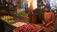 Pedagang menata dagangannya di Pasar Senen, Jakarta, Selasa (5/5/2020). Badan Pusat Statistik (BPS) mencatat inflasi pada April 2020 sebesar 0,08% yang disebabkan permintaan barang dan jasa turun drastis akibat pandemi COVID-19. (Liputan6.com/Angga Yuniar)