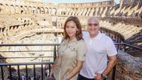 Maia Estianty dan Irwan Mussry saat mengunjungi Colosseum, Roma, Italia. (dok. Instagram @maiaestiantyreal/https://www.instagram.com/p/BzIEixynsXU/Putu Elmira)