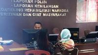 ML didampingi ibunya SN melaporkan perbuat pemerkosaan ke SPKT Polresta Palembang (Liputan6.com / Nefri Inge)