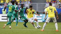 Striker Kolombia, Radamel Falcao, dikepung pemain Senegal pada laga Grup H Piala Dunia  2018 di Cosmos Arena, Kamis (28/6/2018). (AP Photo/Efrem Lukatsky)