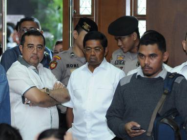 Mensos, Idrus Marham (tengah) berada di ruang sidang pengadilan Tipikor jelang sidang tuntutan kasus dugaan korupsi proyek e-KTP dengan terdakwa Setya Novanto, Jakarta, Kamis (29/3). Sidang mendengar pembacaan tuntutan. (Liputan6.com/Helmi Fithriansyah)