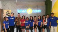 Chief Marketing Officer tiket.com, Gaery Undarsa foto bersama karyawan tiket.com di Bali, Sabtu (28/7)