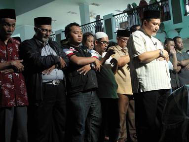 Jenazah komedian Pepeng disalatkan di Masjid Baiturrahman, yang lokasinya tak jauh dari komplek perumahan Bumi Pusaka Cinere, Depok, Jawa Barat, Rabu (6/5/2015). Rencananya Pepeng akan dimakamkan di TPU Jelupang, BSD, Serpong. (Liputan6.com/Helmi Afandi)
