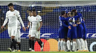 Pemain Chelsea merayakan gol yang dicetak Timo Werner ke gawang Rennes pada laga lanjutan Liga Champions 2020/2021 di Stadion Stamford Bridge, Kamis (5/11/2020) dini hari WIB. Chelsea menang 3-0 atas Rennes. (Adam Davy/Pool via AP)
