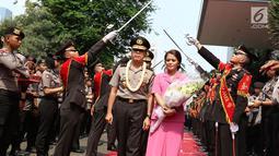 Mantan Kapolda Metro Jaya Irjen M. Iriawan didampingi istri diantar Kapolda Metro Jaya Irjen Idham Azis saat meninggalkan Polda Metro Jaya dalam acara pisah sambut, Jakarta, Rabu (26/7). (Liputan6.com/Immanuel Antonius)