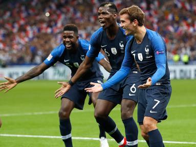 Striker Prancis, Kylian Mbappe berselebrasi dengan rekannya usai mencetak gol ke gawang Belanda pada pertandingan UEFA Nations League di Stadion Stade de France, Saint-Denis, Prancis, (9/10). Prancis menang 2-1 atas Belanda. (AP Photo/Christophe Ena)