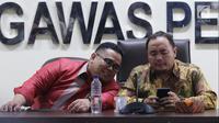 Anggota Bawaslu Mochammad Afifuddin (kanan) bersama Rahmat Bagja (kiri) beri keterangan temuan dugaan pelanggaran kampanye di Jakarta, Senin (12/3). Pelanggaran di antaranya penggunaan dana kampanye di luar rekening seharusnya. (Liputan6.com/JohanTallo)
