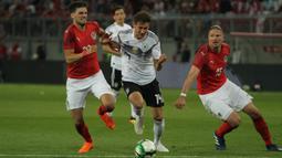 Gelandang Jerman, Leon Goretzka, berusaha melewati kepungan pemain Austria pada laga persahabatan di Stadion Woerthersee, Klagenfurt, Sabtu (2/6/2018). Austria menang 2-1 atas Jerman. (Bola.com/Reza Khomaini)