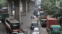 Kemacetan arus kendaraan saat melintas di Jalan Yos Sudarso arah Pelabuhan Tanjung Priok, Jakarta, Kamis (12/7). Lambatnya proses masuk menuju pelabuhan juga menjadi salah satu penyebab kemacetan. (Merdeka.com/Iqbal S. Nugroho)