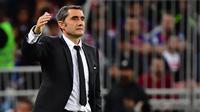 Pelatih Barcelona, Ernesto Valverde saat mendampingi timnya di babak semifinal Piala Super Spanyol, Jumat dini hari WIB (10/1/2020). Dalam duel ini, Barcelona kalah 2-3 dari Atletico Madrid. (Giuseppe CACACE / AFP)