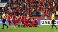 Timnas Vietnam merayakan kelolosan ke perempat final setelah di babak 16 besar mengalahkan Yordania lewat adu penalti di Al Maktoum Stadium, Dubai, Minggu (20/1/2019).  (AFP/Karib Sahib)