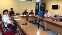 Kajati Sulsel, Firdaus Weldimar didampingi Wakajati Sulsel, Gery Yasid tampak memimpin rapat koordinasi TP4D (Liputan6.com/ Eka Hakim)