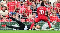 Winger Liverpool Sadio Mane mencetak gol ke gawang Crystal Palace pada laga Liga Inggris 2021/2022 di Anfield, Sabtu (18/9/2021). (AFP/Paul Ellis)
