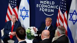 Presiden AS Donald Trump berbicara saat pertemuan dengan PM Israel Benjamin Netanyahu di sela Forum Ekonomi Dunia, Davos (25/1). Trump kukuh dengan keputusannya yang mengakui Yerusalem sebagai ibu kota Israel. (AP Photo / Evan Vucci)