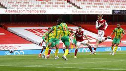 Pemain Arsenal Emile Smith Rowe (kedua kanan) mencetak gol ke gawang West Bromwich Albion pada pertandingan Liga Inggris di Emirates Stadium, London, Inggris, Minggu (9/5/2021). Arsenal mengalahkan West Bromwich Albion 3-1 dan memastikan The Baggies terdegradasi. (AP Photo/Frank Augstein, Pool)