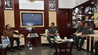 Grup Elang Mahkota Teknologi atau Emtek bersilaturahmi dengan Kepala Staf Angkatan Darat Jenderal Andika Perkasa. Orang nomor satu di Angkatan Darat itu menyebut, pertemuan yang berlangsung hari ini bak pertemuan teman lama.